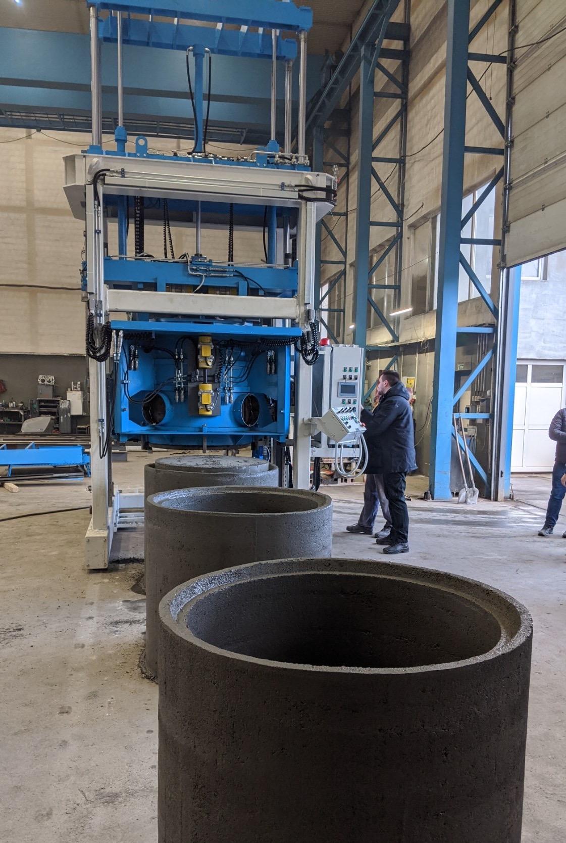 Mobile Maschine zur Herstellung großer Betonringe und -rohre SUMAB E-12L